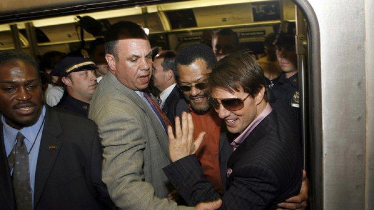 Дори и в тъпканицата в метрото, Том Круз си е Том Круз