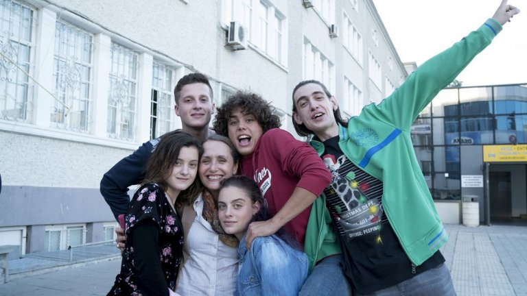 """""""Петя на моята Петя""""  Филмът е посветен на поетесата Петя Дубарова, но въпреки това той не е биографичен, казват сценаристите му Нели Димитрова и Валентина Ангелова. Сюжетът му се развива едновременно в миналото и в бъдещето, като разказва историята на две тинейджърки – Петя Монова и Петя Дубарова.  Съвременната героиня е поставена пред екзистенциални въпроси, за които трябва да намери отговор – как да се справи с разочарованието от любовта, дали трябва да продължи да се бори независимо от всичко, или ако остане на 17 години и запази своите идеали, ще се спаси от това да се превърне в скучен възрастен. Поставена между живота и смъртта, тя трябва да избере дали да остане жива или да последва своята любима поетеса.  Режисьор на филма е Александър Косев, а в актьорския състав са Алиса Атанасова, Александра Костова, Алена Вергова, Юлиян Вергов, Ясен Атанасов, Албена Павлова, Васил Банов. Много от участващите актьори са родени и свързани с Бургас - родния град на поетесата."""