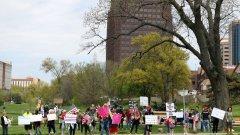 През почивните дни жители на няколко американски щата организираха шествия по улиците, за да изразят недоволството си от мерките на американските власти.