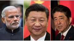 Индийският министър-председател Нарендра Моди (вляво) и японският му колега Шиндзо Абе (вдясно) търсят общия път за двете си държави срещу общата заплаха от Китай (по средата: лидерът на Китайската комунистическа партия Си Дзинпин).