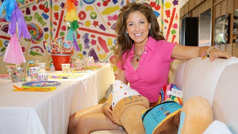"""Дилън Лорън  Тя е не само красива и не просто дъщерята на Ралф Лорън. Дилън Лорън умело съчетава модата и сладкарството и придава стил там, където се очаква да е вкусно.    Лорън създава своя уникален Candy Bar в Ню Йорк, определян като най-големия магазин за бонбони с впечатляващите над 7000 вида бонбони от цял свят. Мечтае да го направи, откакто е на 5 г., след като гледа """"Уили Уонка и шоколадовата фабрика"""". Красавицата с австрийски и еврейски корени успява в начинанието си да """"слее културата на модата, изкуството и поп бонбоните"""", както сама описва идеята си Лорън. Но освен сладкарството, тя не оставя по-назад и отношението си към света на модата. През 2007 г. влиза в """"Топ 25 най-стилни нюйоркчани"""" на списание US Weekly. Ей такива си пожелаваме да всички сладкарки около нас."""