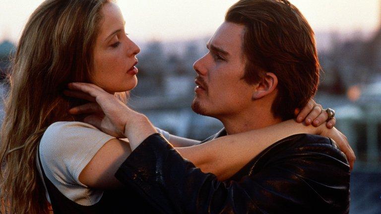 """Виена в """"Преди изгрев""""  Романтичният филм от 1995 г. е причината голяма част от младежите по това време да мечтаят за Виена. Историята е за момче и момиче в началото на 20-те си години, които се срещат във влак на път за Австрия. Тя е французойка, студентка в Сорбоната, а той е американец, разочарован от бившата си приятелка. Съвсем импулсивно двамата решават да прекарат един ден във Виена, който остава в спомените им завинаги. Без да има излишна мелодрама, героите започват да се опознават един друг, а в същото време и града, който ги събира."""