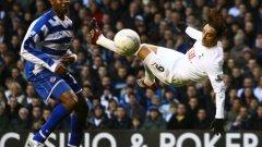 Димитър Бербатов в опит да вкара пореден гол на Рединг в един от най-паметните му мачове в английския футбол. Българинът записа 4 попадения в двубоя, завършил 6:4 и втори във вечната ранглиста на най-резултатните дуели от Висшата лига.