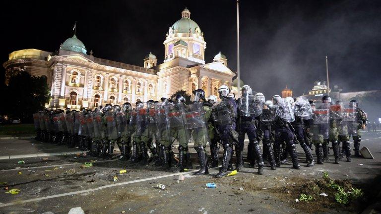 Група демонстранти нахлуха в сградата на сръбския парламент, стигна се и до сблъсъци с полицията.