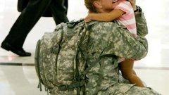 Майка вижда дъщеря си за първи път след 7 месеца служба в Ирак