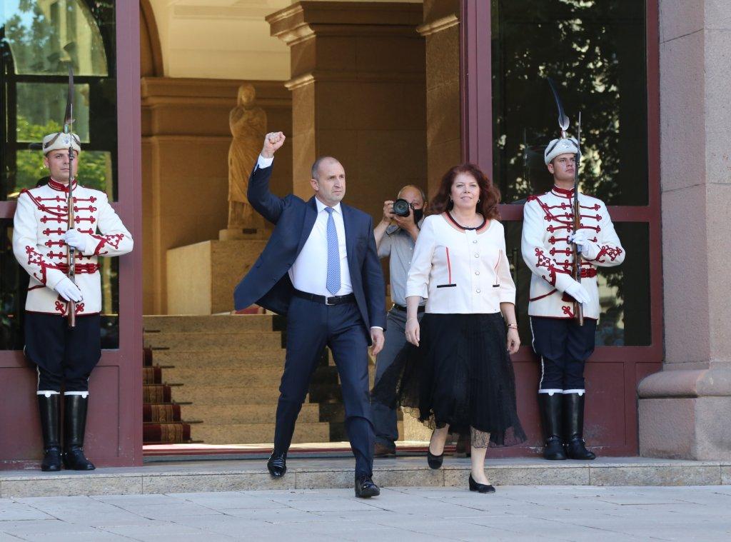 Президентът Румен Радев и вицепрезидентът Илияна Йотова при излизането си от сградата на президентството, за да се срещнат с демонстрантите
