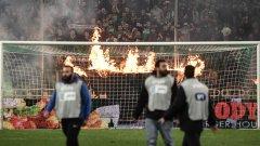 Луди сцени на дербито в Гърция: Фенове на терена, сълзотворен газ и прекратен мач (видео)