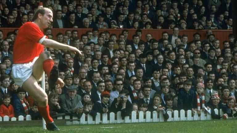 """Боби Чарлтън - 758 мача, 249 гола Велик голмайстор и автор на забележителни попадения - общо 49 гола за Англия и 249 за Манчестър Юнайтед. Световен шампион с националния отбор и носител на КЕШ с Юнайтед. Чарлтън е сред оцелелите от трагедията в Мюнхен. """"Никога не е имало по-популярен футболист. Той беше почти съвършен и като човек, и като играч"""", казва за него Мат Бъзби."""