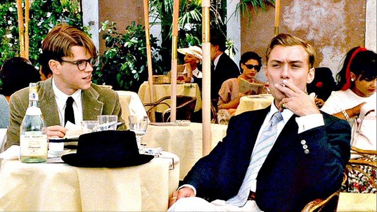 """""""Талантливият мистър Рипли"""" Квинтесенциалната роля на Джуд Лоу от края на 90-те години на миналия век. В изящния трилър по книгите на Патриша Хайсмит Лоу играе Дики Грийнлиф - млад и стилен плейбой, който обикаля красивите европейски градове и харчи парите на родителите си в акт на аморален бунт срещу собствения си привилегирован произход. Той е всичко онова, което Том Рипли иска да бъде."""
