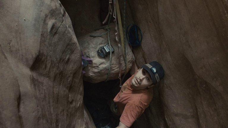 """""""127 часа""""/ 127 HoursИстория на Aрън Ралстън, който е приклещен от парче скала в каньон в щата Юта, всъщност е истинска, но това вероятно е ясно за всеки, който е гледал филма.  Иначе по време на снимките Джеймс Франко, който има клаустрофобия (и точно той играе тази роля, да), е криел книги, които да чете, за да се разсейва от това чувство. Що се отнася до истинския Ралстън, той участва активно в снимките и често дава консултации на екипа, за да се постигне по-висока достоверност. Той също така предоставя камерата, с която героят се снима, а в последната сцена на филма (около басейна) всъщност участват истинското му семейство и приятели."""