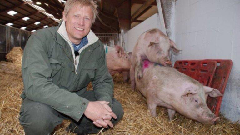 Ако се загледате по-внимателно в тази романтична снимка от свинеферрмата, ще видите и Петер Шмайхел...
