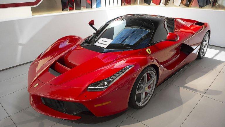 """Ferrari LaFerrariНеслучайно името на този модел се превежда като """"Ферарито"""" – единствено и неповторимо. Дизайнът е непреходен със своите агресивни фарове и колата изглежда като нещо, което е създадено току-що, макар че концепцията за LaFerrari е още от 2011 г. Максималната му скорост при пистови тестове е 708 км/ч, ускорява от 0 до 100 км/ч за около 3 секунди. Произведени са обаче едва 499 бройки."""