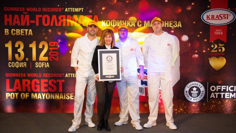 """Даниела Авджиева със сертификата от """"Гинес""""."""
