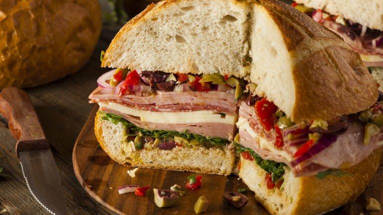 МуфулетаСандвичите, поетично наречени Муфулета, са пълни с всичко, което свързваме с Италия - хубави колбаси, сирене проволоне, маслини и зехтин, той не е италиански. Корените на сандвича могат да бъдат проследени до Ню Орлеанс и пазарите, които италианските мигранти са си организирали. Там търговците са сглобили нещо лесно за хапване и засищащо, каквото е Муфулета.  Истинският италиански сандвич е далеч по-деликатен и не чак толкова калоричен и обикновено се ограничава до чабата с тънки резени колбас и малко зеленчук за свежест.