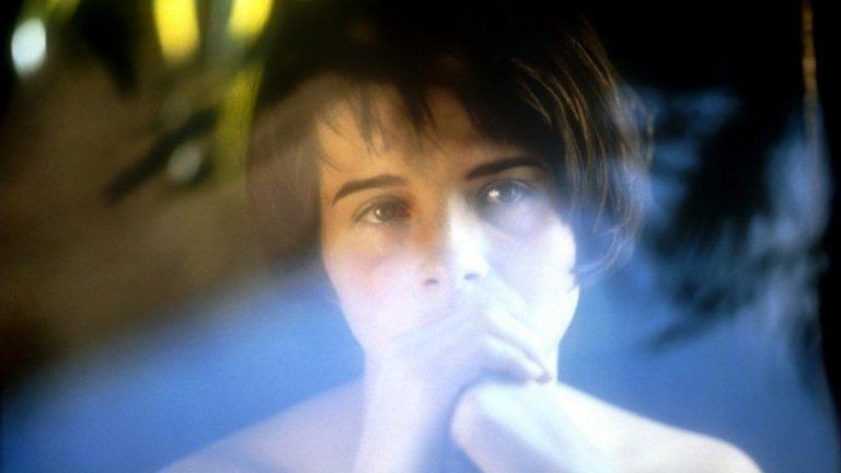 """""""Три цвята: синьо"""" Жулиет Бинош става световно известна след огромния успех на """"Три цвята: Синьо"""" (Trois couleurs: Blue, 1993) – първият филм от знаменитата трилогия на полския кинорежисьор Кшищоф Кешловски. За ролята си в него получава наградата за най-добра актриса на кинофестивала във Венеция през 1993 г., а също и със """"Сезар"""" (френският """"Оскар""""). Филмът разказва историята на жена, която претърпява най-голямата трагедия в живота си – съпругът и детето ѝ са убити в катастрофа. Тя започва да страни от хората, но постепенно разбира, че няма как да се освободи от човешките отношения."""