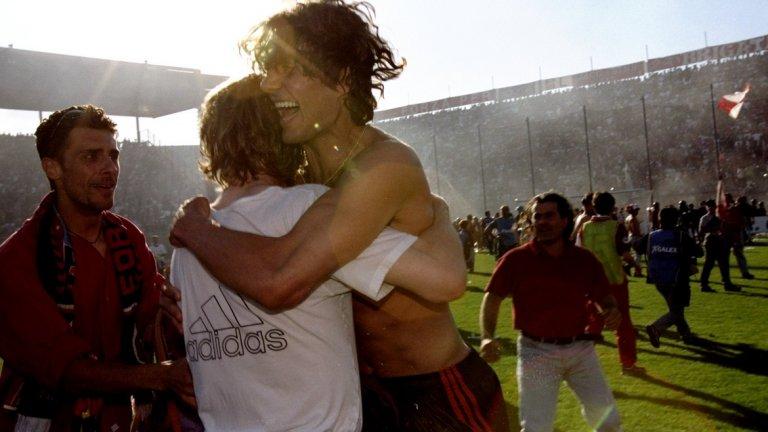 """Милан 1998/99 Колапсът на всемогъщия Ювентус на Марчело Липи през 1998/99 означаваше, че Серия А ще има нов шампион. В началото на сезона това изглеждаше, че ще е Фиорентина, който завърши на върха след края на първия полусезон. Контузия на звездата Габриел Батистута и странна клауза в договора на заместника му – Едмундо, която му позволи да купонясва на карнавала в Рио, вместо да играе, занулиха шансовете на """"виолетовите"""". Тогава на сцената излезе Лацио, който през февруари вече имаше седем точки аванс на първата позиция. Тимът на Свен Горан Ериксон бе в серия от 15 мача без загуба, 13 от които спечели, преди домакинството на Милан в 27-ия кръг. Равенството 0:0 не бе катастрофа, но след това """"орлите"""" загубиха дербито с Рома, преди да паднат и от Ювентус, който завърши осми в края на сезона. Последваха три поредни победи, но титлата се изплъзна след равенство 1:1 срещу Фиорентина, което позволи на Милан да оглави класирането. Лацио спечели последния си мач, но """"росонерите"""" също го направиха и вдигнаха титлата след 2:1 над Перудца в последния ден."""