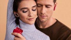 Безжичните слушалки идват в нов цвят специално за месеца на любовта и са оригинален подарък за всеки любим човек в живота ви.