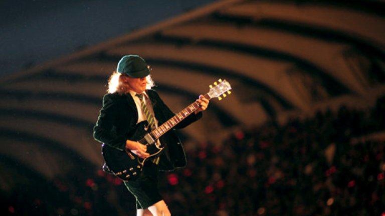 Необузданият Ангъс на живо на националния стадион - разкри ни и AC/DC боксерките си...