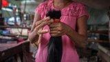 """""""Бъдете красиви, за да имате добър живот"""": Жените, които продават косата си, за да оцеляват"""