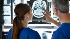 1. Борба с парализатаХиляди хора по света ежегодно биват парализирани в някаква степен. Уврежданията на гръбначния мозък обаче могат да намерят своето решение.Идеята е да се използва безжична връзка между имплант в мозъка и електроди в неподвижната част на тялото. Когато човек помисли за това, че иска да придвижи парализирания си крак, например, имплантът изпраща сигнали до електродите, които чрез електрически сигнали задвижват мускулите и правят това възможно. Френски учени вече имат успех в тази насока с маймуна макак. В Кливлънд се наблюдава прогрес и с човек - почти пълен инвалид, който вече може частично да движи ръката си, благодарение на подобна технология.Очаква се тя да стане по-достъпна до 10-15 години. Учените се надяват да могат да използват сходен подход, за да възстановяват зрението на слепи хора и дори да връщат спомени, изгубени заради болестта на Алцхаймер.