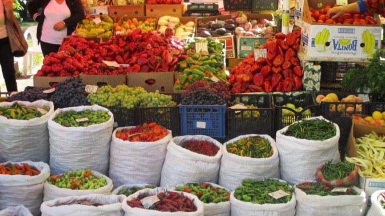 Открити в Америка, европейците първоначално мислят чушките за отровни и дълго време ги гледат като декоративни. Постепенно се научават, че не само не са отровни, но са и много вкусни. Така плодовете и семената на новите растения се появяват по пазарите на Европа, Азия, а някъде са пренасяни като скъп подарък.
