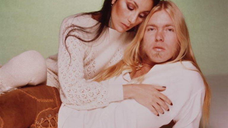 Шер и Грег Олман   Няма как да не се обърнем отново към Лас Вегас и неговите светкавични сватби и още по-светкавични разводи. Ако си мислите, че това е приумица на холивудските звезди отскоро, само погледнете към Шер и Грег Олман. През 1975 г. певицата и рок изпълнителят решават да се венчаят във Вегас, а девет дена по-късно Шер иска развод. Струва си да отбележим и че сватбата с Олман идва едва няколко дни след развода й със Сони Боно.