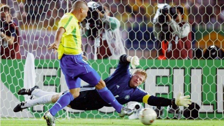 Роналдо отбелязва първия гол за Бразилия при победата над Германия с 2:0 във финала на Мондиал 2002. Оливер Кан изпусна топката при далечен удар на Ривалдо и Феномена бе на точното място за добавката.