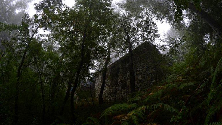 От мъглата на дъждовния ден изплуват неясните очертания на поредната изоставена сграда