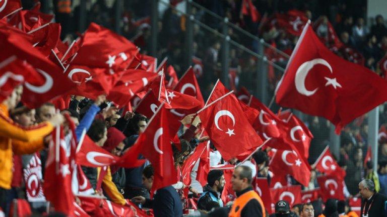 Група турски фенове не засвидетелства почит към жертвите на атентатите в Париж.