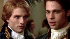 """Брад Пит (Интервю с вампир)  """"Интервю с вампир"""", като повечето филми и сериали за вампири, се характеризира с едно – липсата на светлина. Повечето сцени се снимат в нощна и тъмна среда, характерна за кръвопиещите същества от легендите, за които слънцето е смъртоносно. Брад Пит обаче не харесва това.  Снимките на филма продължават половин година, а актьорът трябва да се справя не само с неудобния си костюм и дразнещите очите му контактни лещи, но и със снимки с малко светлина - нощ, след нощ, след нощ...  Пит е толкова изтощен от всичко това, че дори се обажда на един от продуцентите, за да попита колко пари би струвало, ако напусне продукцията. След като разбира, че напускане в толкова напреднал етап на снимките може да му коства 40 милиона долара, актьорът решава, че може би е по-добре да остане. По-добре на тъмно, отколкото без пари, нали?"""
