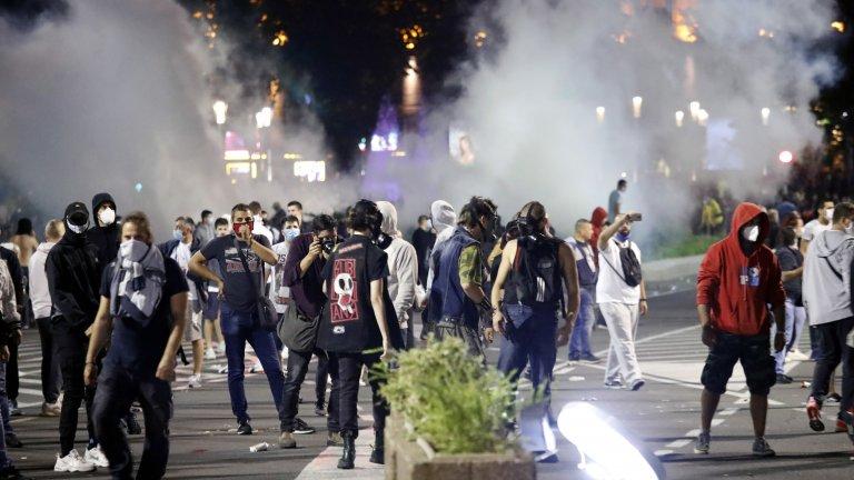 Демонтрантите запалиха три полицейски коли и няколко контейнера за боклук. Полицията използва сълзотворен газ и друга специална техника, за да ги разпръсне.