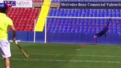 Трудно му се вкарва даже с топка за тенис (видео)