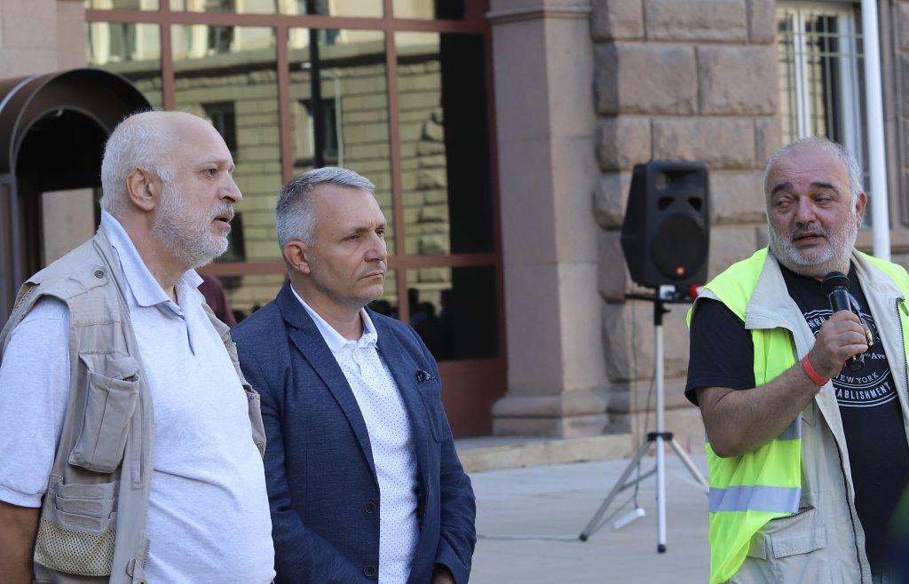 """""""Отровното трио"""" - проф. Велислав Минеков, адв. Николай Хаджигенов и Арман Бабикян - едни от организаторите на протеста в подкрепа на Радев."""
