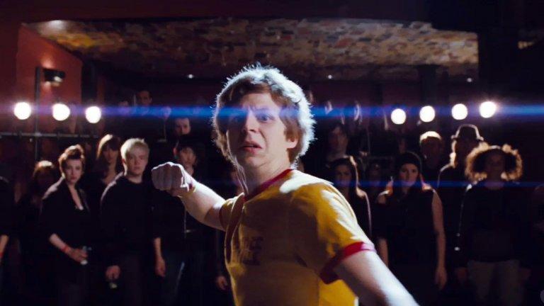 """""""Скот Пилгрим срещу света""""/ Scott Pilgrim vs. the WorldФентъзи комедията, режисирана от Едгар Райт върху поредицата на Брайън Лий О'Мали, си остава класика в жанра.Може би не знаете, но името на героя идва от песента със същото име на канадската банда Plumtree, а във филма Скот дори носи тяхна брандирана тениска.  И още нещо - по време на дублите Райт иска от актьорите да не мигат, за да се получи усещане за японско аниме. """"Лесна"""" работа."""