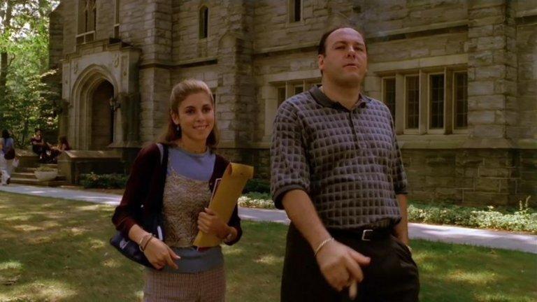 """The Sopranos, 1999 Преди епизода """"College"""" сериалът """"Семейство Сопрано"""" беше стилно и развлекателно шоу за мафиот, принуден от паник атаките си да посещава психиатър. След този епизод обаче сериалът застава в основата на нова ера в телевизията - ерата на антигероя. От самото начало беше известно, че Тони Сопрано е мафиот и вероятно е убивал хора. """"College"""" обаче сблъска зрителите за първи път директно с престъпленията му. Създателят на сериала Дейвид Чейс казва, че е трябвало да се бори с HBO, преди да получи разрешение да покаже на екран как Тони убива някого. Основният му аргумент е, че никой няма да повярва на образа, ако той не извърши убийството. С това телевизията тръгна по стъпките на антигероите."""