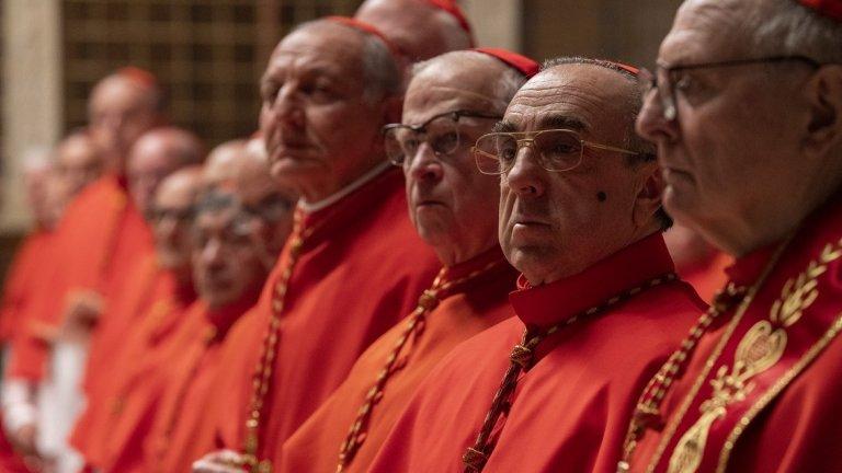 """""""Новият папа"""" показва една много по-политическа страна на папската институция, в която героите трябва да се борят едновременно за любовта на Бога и любовта на хората, докато в същия момент балансират между желанията на италианските власти и вътрешните борби за власт."""