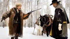 """""""Омразната осморка""""  Всеки филм на Куентин Тарантино е събитие и потенциален играч в надпреварата за """"Оскар"""". Студеният му, забавен и наситен с напрежение уестърн Омразната осморка"""" излиза тази Коледа с амбицията да продължи свръхуспешната серия на Тарантино, белязната от най-големите му бокс-офис хитове – """"Гадни копилета"""" (2009) и """"Джанго без окови"""" (2012).   Носителят на две награди """"Оскар"""" за сценарий със сигурност се е прицелил в бленуваната статуетка за режисура.  Ето го и съставът на """"Омразната осморка"""": Самюъл Л. Джаксън (майор Маркис Уорън), Кърт Ръсел (Джон """"The Hangman"""" Рут), Дженифър Джейсън Лий (Дейзи Домерг), Уолтън Гогинс (Крис Маникс), Демиан Бишир (Боб), Тим Рот (Осуалдо Мобрей), Майкъл Медсън (Джо Гейдж) и Брус Дърн (генерал Санфорд Смитърс)"""