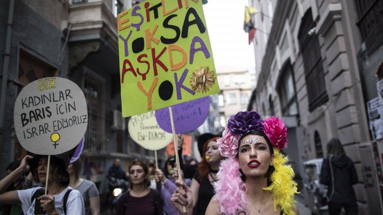 Насилието срещу жени в страната расте, а Ердоган иска да извади страната си от Истанбулската конвенция.