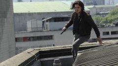 """Кит Харингтън в Spooks: The Greater Good  Кит Харингтън, известен с ролята си на Джон Сноу в култовия Game of Thrones, се снима във филмовия spin-off по британския шпионски сериал """"Spooks"""". И едва не загуби живота си.  Сценарият включва сцена, в която Харингтън трябва да се блъсне в стена по време на преследване с автомобили. В момента, в който камерите започват да записват, той не само се блъска в стената, а директно минава през нея заради силния удар.  """"Тази сцена не трябваше да изглежда така, всъщност беше по грешка. Във филма изглежда страхотно, но в действителност ме заболя адски много. Дори ако я изгледате на забавен кадър, ще видите, че за миг губя съзнание от сблъсъка. В началото беше малко притеснително, защото екипът помисли, че съм загинал"""", разказва той.  За щастие Харингтън се възстановява бързо след инцидента."""