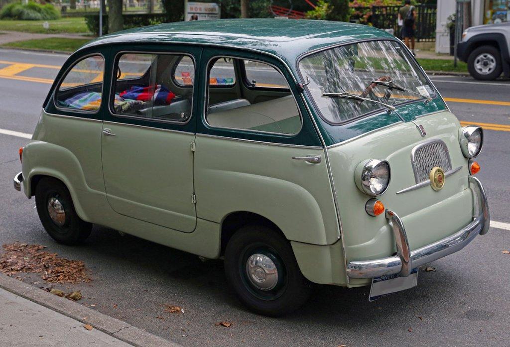 Fiat 600 MultiplaАко си мислите, че Fiat Multipla е странно инженерно хрумване, само погледнете този миниван. Облият му дизайн кара италианците да се шегуват, че колата е вдъхновена от кутиите за обяд. Представянето му на пътя също навява подобни асоциации – ванът вдига до максимум 90 км/ч и ускорява от 0 до 100 км/ч за 43 секунди.
