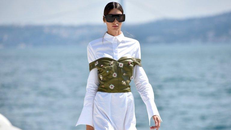 Заиграйте се с пластоветеДори и най-скучната риза, рокля или панталон изглежда различно, ако се експериментира с пластовете. Върху роклята може да се сложи болеро, интересен елек или дори корсет. Ризата един ден може да е пусната свободно, а на другия – комбинирана с панталон с висока талия. И така едни и същи дрехи ще изглеждат като чисто нови, просто защото сте се заиграли с напластяването.