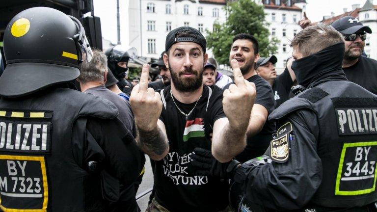 """""""Коленичим само пред Бог!"""": Карпатската Бригада носят черно и са най-крайните ултраси на Унгария"""