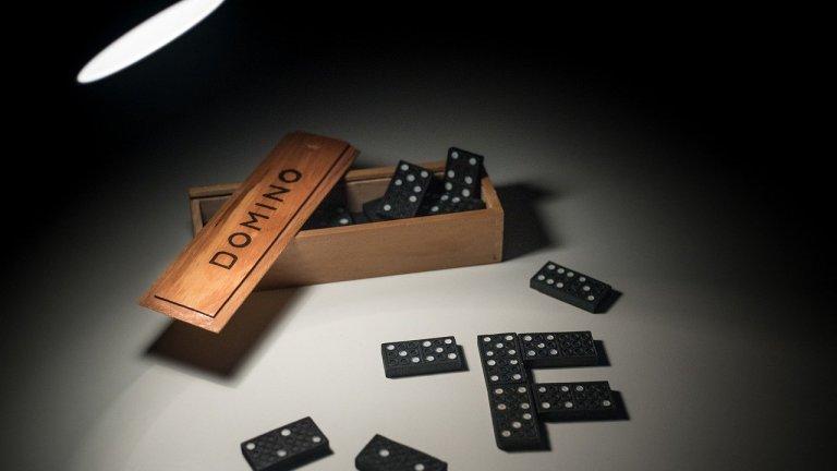 """Домино   И това е игра, която позволява от двама до четирима души да се включат в забавлението. Почти всяко семейство през 90-те имаше малката дървена кутийка, пълна с """"черни плочки с точки"""". А днес вече я има в най-различни варианти, от по-скъпи до достъпни за всеки. Хубавото е, че след като ви омръзне да играете по правилата, може просто да се състезавате кой ще нареди по-дълга колона от плочки без да паднат и да повалят цялата колона. Което е подходящо забавление и ако ви се налага да стоите без компания в тези дълги дни на изолация..."""