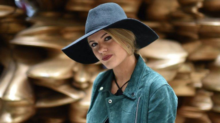 Вълнена шапка с периферия Тази есен това е шапката, която е добре да имате в гардероба си. Тя измества вечно популярните плетени прилепнали шапки, а и стои далеч по-стилно и изискано. Единственото, за което трябва да внимавате, е шапката да е от истинска вълна, защото в противен случай елегантният ѝ силует бързо ще се обезформи.