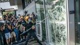 """Според комадващия китайските сили в Хонконг безредиците по протестите """"сериозно заплашват живота и безопасността"""" на хората"""