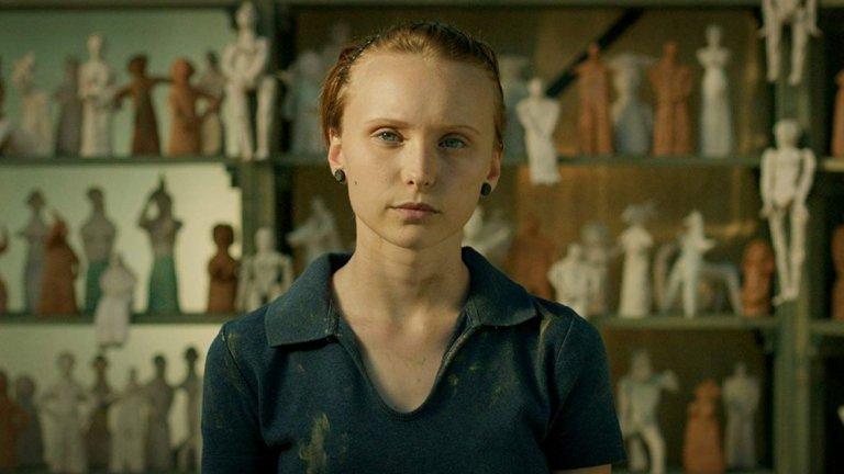 """""""Сестра""""  Сюжетът на филма разказва за живота на Райна, по-малката от две сестри, която често разказва измислени обстоятелства около живота си, за да й е по-интересно. След време обаче тези лъжи сериозно застрашават света на нейното семейство. В борбата за истината двете сестри разбират истината за майка си.  С филма режисьорът Светла Цоцоркова разказва за семейния живот и сестринската връзка, за уж невинните лъжи в едно семейство и затова как биха се преодолели противоречията, в които изпадат близки хора.  В ролята на Райна е младата актриса Моника Найденова, която е откритие на Цоцоркова от нейния пълнометражен дебют """"Жажда"""". В актьорския състав са още Асен Блатечки, Светлана Янчева, Елена Замяркова и Валентин Ганев."""