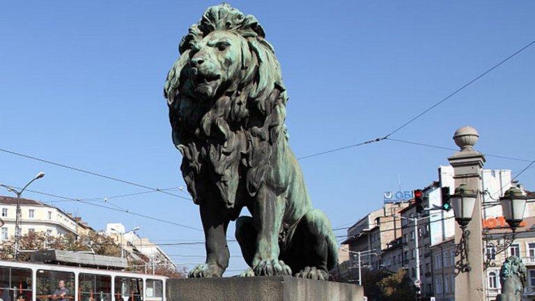 Всяка от статуите на Лъвов мост тежи над един тон и струва колосалните за времето си 260 хил. златни български лева