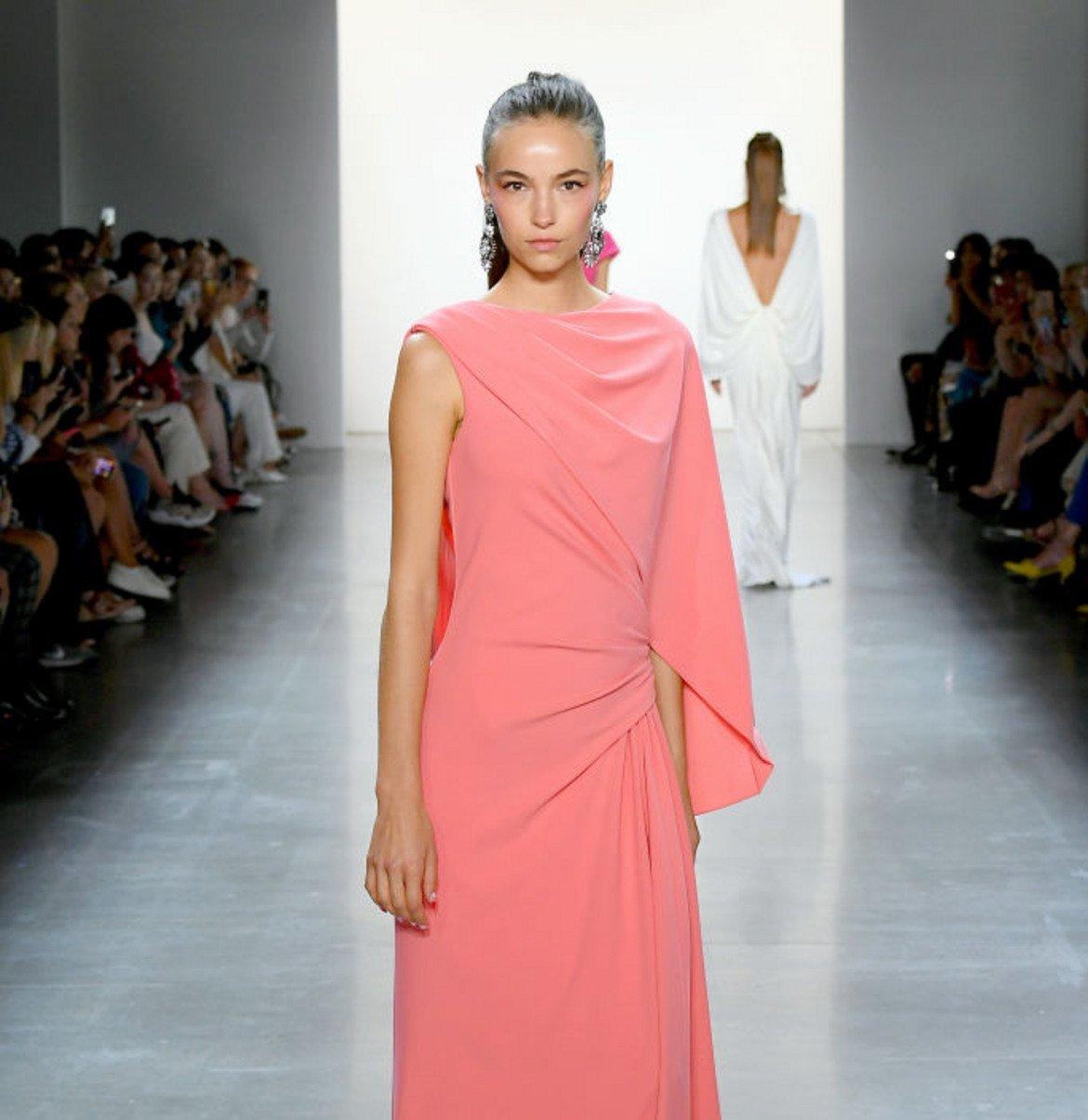 Коралово розово (Coral Pink) Този успокояващ, женствен оттенък комбинира топлината на коралите с деликатността на розовото. Шик е за носене както през деня, така и през нощта.   Модел на Тадаши Шоджи от колекцията пролет/лято 2020 на Седмицата на модата в Ню Йорк.