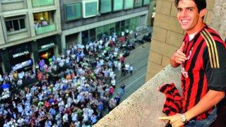 """Тифозите на Милан са се събрали пред дома на Кака, очаквайки решението му. Развятата фланелка от балкона означаваше """"оставам""""."""