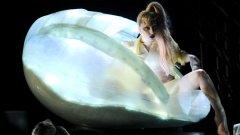 Лейди Гага излезе на сцената на Грамите от яйце...